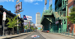 Lansdowne_street_%e2%80%9cfan_zone%e2%80%9d_during_red_sox_games_at_fenway